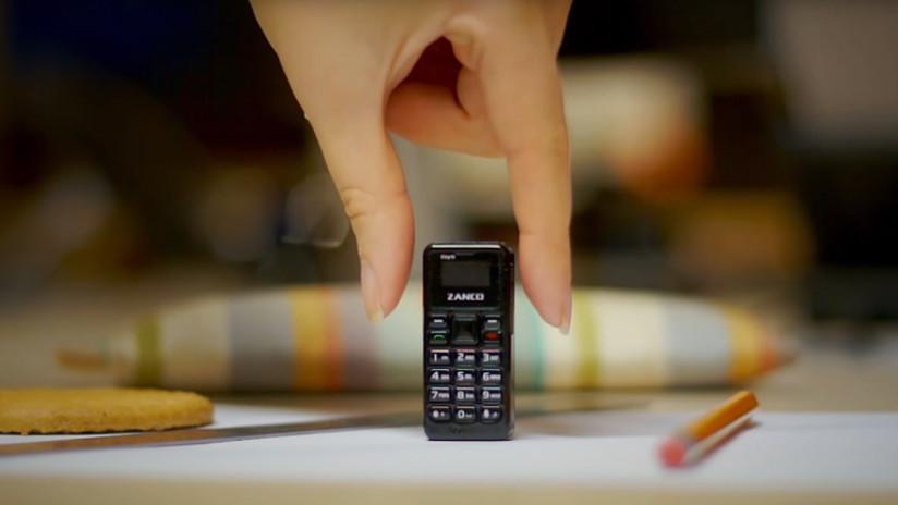 VIDEO: Presentan el teléfono móvil más pequeño del mundo