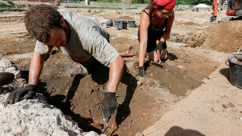 FOTO: Hallan un gran 'almacén' de objetos y herramientas prehistóricas