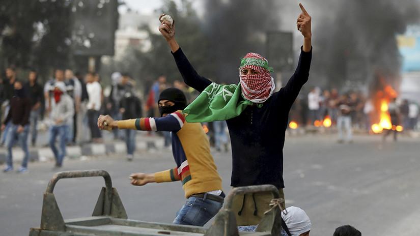Un manifestante palestino durante los enfrentamientos con las tropas israelíes cerca de la ciudad cisjordana de Nablus, el 22 de diciembre de 2017. / Mohamad Torokman / Reuters