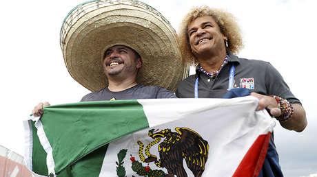 Un aficionado mexicano posa con Carlos Valderrama antes de un partido entre México y Nueva Zelanda, el 21 de junio de 2017.