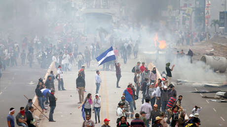 Partidarios de Nasralla frente a la policía antidisturbios en Tegucigalpa, 30 de noviembre de 2017.