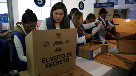 Trabajadores del CNE preparan material antes de las elecciones, Quito, Ecuador, 31 de marzo de 2017.
