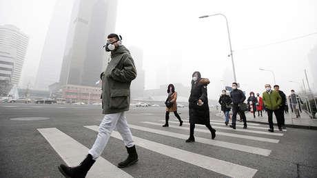Un hombre con una máscara de protección respiratoria. Pekín, China, 21 de diciembre de 2016.