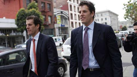 Cameron Winklevoss y su hermano Tyler salen de la Corte de Apelaciones del Noveno Circuito en San Francisco, EE.UU., el 11 de enero de 2011.