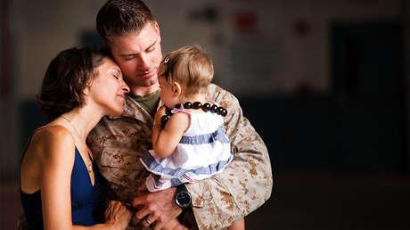 Un capitán de la Marina de EE.UU. se reúne con sus familiares tras pasar siete meses en Afganistán, Hawái, el 17 de septiembre de 2011.