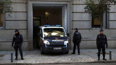 Un vehículo de la Policía Nacional de España sale de la sede del Tribunal Supremo, en Madrid.