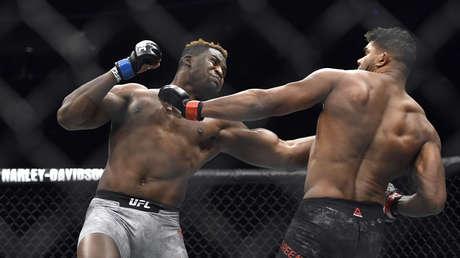 Francis Ngannou (izquierda) golpea a Alistair Overeem, Detroid, EE.UU., 2 de diciembre de 2017.