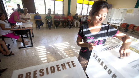Mujer depositando su voto en las elecciones presidenciales de 2012 en la ciudad de Leona Vicario.