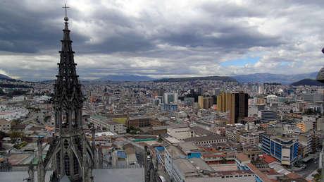 Vista hacia al norte de Quito, desde la Basílica del Voto Nacional.