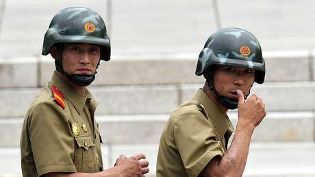 Soldados norcoreanos en la zona desmilitarizada en la frontera con Corea del Sur.