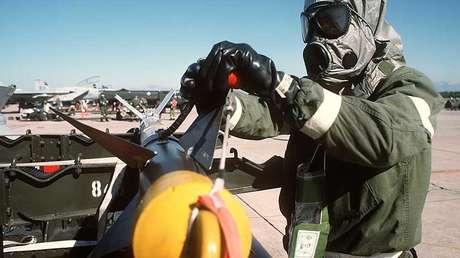 El sargento estadounidense Dave Jones comprueba el misil AIM-9 Sidewinder durante los ejercicios de simulación  de ataque con armas químicas, 1988.