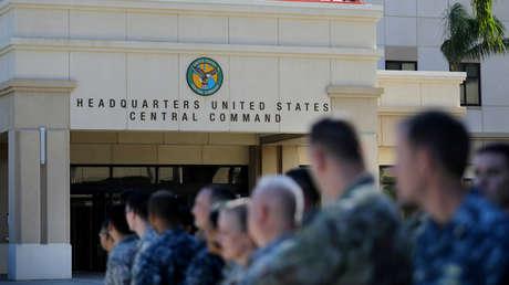 El personal militar de EE. UU. permanece fuera del Comando Central de los EE. UU. (CENTCOM) y del Comando de Operaciones Especiales (SOCOM) durante la visita del presidente estadounidense Donald Trump en Tampa, Florida, EE.UU., 6 de febrero de 2017.