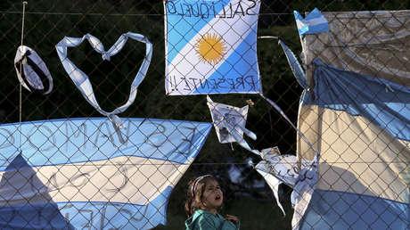 Banderas con mensajes en la base naval de Mar de Plata, Argentina.