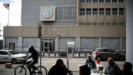Un hombre monta en bicicleta frente a la Embajada de EE.UU. en Tel Aviv (Israel), 6 de diciembre de 2017.