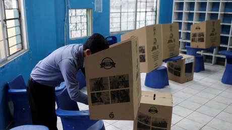 Un hombre emite su voto, durante la segunda vuelta electoral de abril pasado, en Guayaquil.