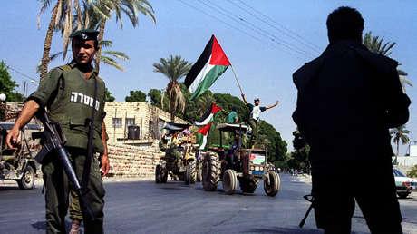 Los soldados de Israel reciben una marcha mecanizada por la paz de los agricultores palestinos, en 1993