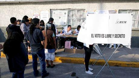 Varios electores esperan para emitir su voto en una casilla electoral del Estado de México.