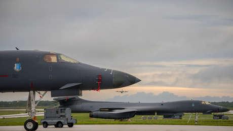 Dos bombarderos estratégicos B-1 Lancer en la pista de despegue