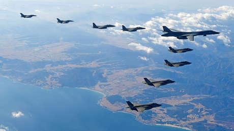 Un bombardero estadounidense B-1B vuela en formación durante unos ejercicios conjuntos de EE.UU. y Corea del Sur.