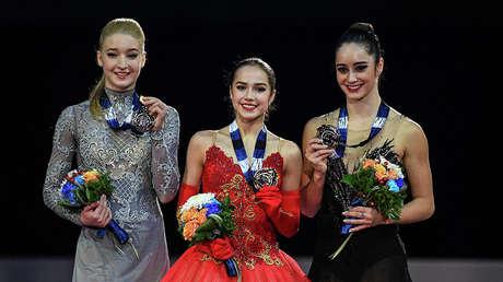 La patinadora rusa Alina Zaguitova (en el centro)