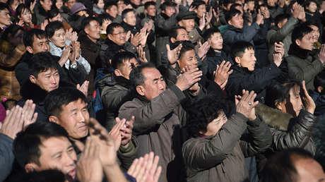 La reacción de los residentes de Pionyang al enterarse del exitoso lanzamiento del misil balístico intercontinental Hwasong-15 efectuado a finales de noviembre.