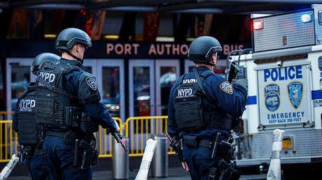 Tres policías vigilan la Terminal de Autobuses de la Autoridad Portuaria, Nueva York, EE.UU., 11 de diciembre de 2017.
