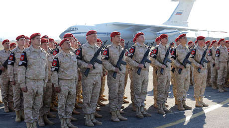 Militares rusos reciben a Vladímir Putin en la base aérea de Jmeimim en Siria.