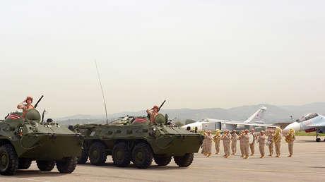 Vehículos blindados rusos BTR-82A durante un desfile militar en la base aérea de Jmeimim, Siria.