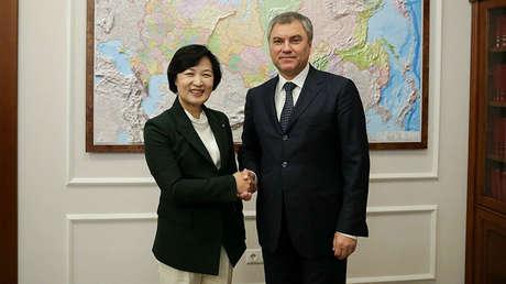 La presidenta del Partido Demócrata de Corea del Sur, Choo Mi-ae, junto con el presidente de la Cámara baja del Parlamento ruso, Viacheslav Volodin, el 12 de diciembre de 2017.