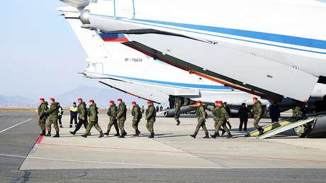Un batallón de la Policía militar desciende del avión MD IL-76 en Majachkalá, Rusia, recién llegado de Siria, 12 de diciembre de 2017.