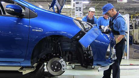 Un trabajador coloca la defensa de un Toyota Aqua en una fábrica de la filial de Kanto Auto Works, en Kanegasaki, prefectura de Iwate, al norte de Japón.