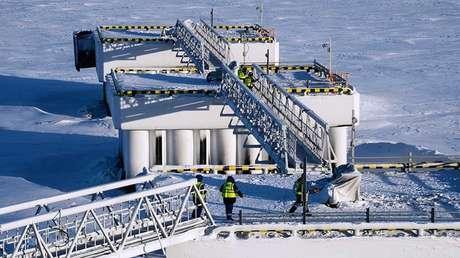 Trabajadores de la planta de gas natural licuado Yamal LNG.