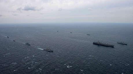 El portaviones USS Ronald Reagan y el destructor USS Stethem en aguas cercanas a la península coreana, el 18 de octubre de 2017.