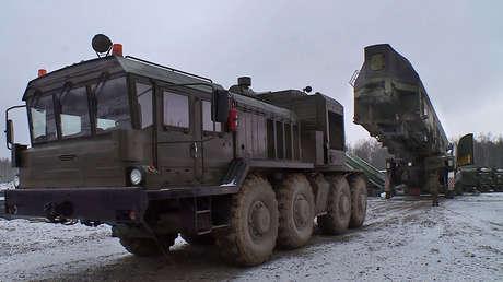 Momento exacto de la instalación del misil Yars en el silo de lanzamiento de Kozelsk.