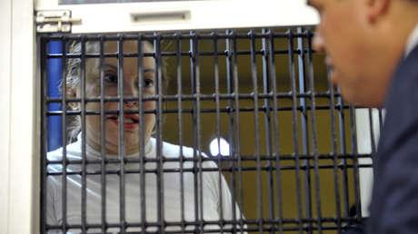 Elba Esther Gordillo escucha a las autoridades mexicanas tras su arresto en la capital del país, el 27 de febrero de 2013.