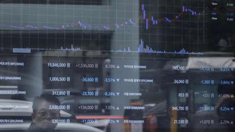 Pantalla con los precios del bitcóin en una tienda de cambio de divisa virtual, Seúl, Corea del Sur.