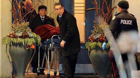 Uno de los dos cuerpos es retirado de la casa del multimillonario Barry Sherman y su esposa en Toronto, Canadá, 15 de diciembre de 2017.