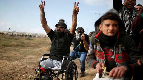 Un manifestante palestino gesticula durante los enfrentamientos con las tropas israelíes.