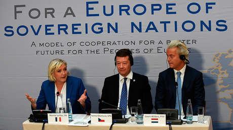 La líder del partido francés Frente Nacional, Marine Le Pen, el líder del partido checo Libertad y Democracia Directa, Tomio Okamura, y el líder del neerlandés Partido por la Libertad, Geert Wilders, en Praga, República Checa, el 16 de diciembre de 2017.