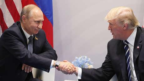El presidente de Rusia, Vladímir Putin, y su homólogo estadounidense, Donald Trump, en Hamburgo, Alemania, el 7 de julio de 2017.