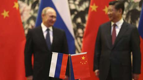 El presidente ruso, Vladímir Putin, y el presidente chino, Xi Jinping, durante una ceremonia en Pekín, China, el 9 de noviembre de 2014.