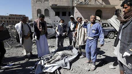 Hutíes yemeníes se reúnen alrededor del cuerpo de un hombre muerto por ataques aéreos en Sanaa, 13 de diciembre de 2017.