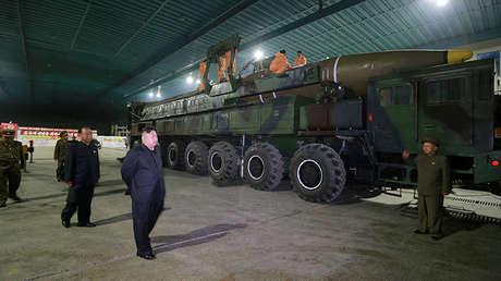 El líder de Corea del Norte, Kim Jong-un, junto a un misil balístico
