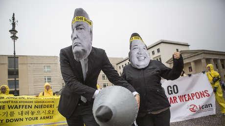 Manifestantes con máscaras de Donald Trump y Kim Jong-un, Berlín, Alemania, 13 de septiembre de 2017.