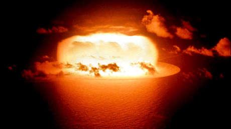 La luz de una explosión de la prueba de la bomba atómica (Operación Ala Roja, Disparo Erie) se refleja en las aguas del Atolón Enewetak el 30 de mayo de 1956.