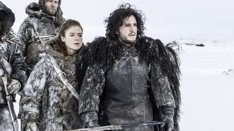 Los actores Rose Leslie y Kit Harington como la salvaje Ygritte y Jon Nieve en una escena de la serie 'Juego de tronos'.
