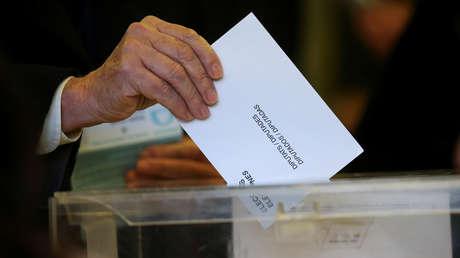 Un hombre vota en las elecciones regionales de Cataluña. Barcelona, España, 21 de diciembre de 2017.