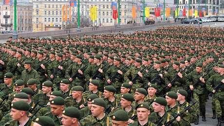Militares rusos antes del ensayo del Desfile de la Victoria en la Plaza Roja en Moscú.