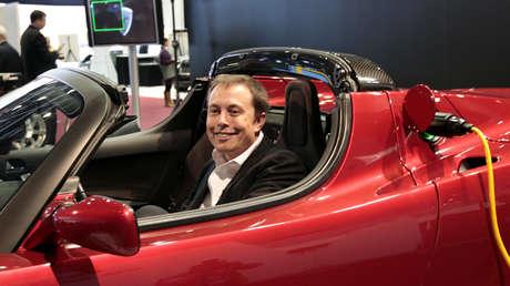 El fundador de Space X, Elon Musk, a bordo de un Tesla Roadster.