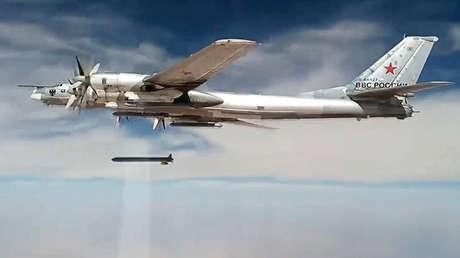 El bombardero estratégico Tu-95MS lanza misiles Kh-101 sobre objetivos terroristas en Siria.